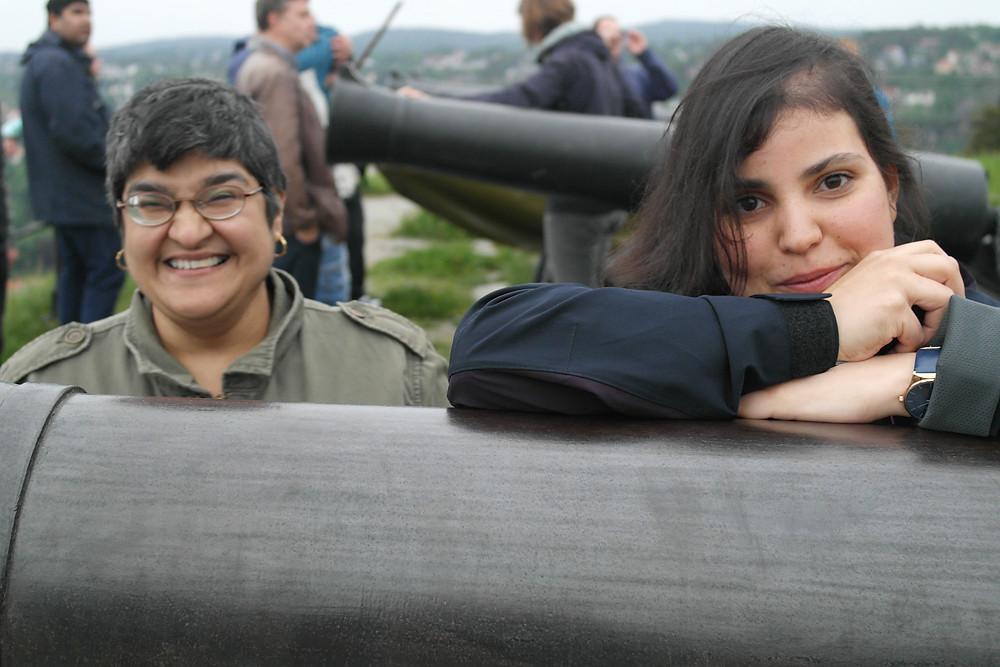 Munazah og Stephanie hviler på kanonene.