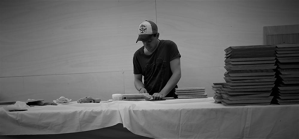 Andreas setter inn fjølene med bivoks