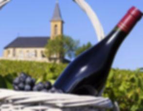Entre vignes et monts, le Beaujolais déploie des paysages variés. Amateurs de vieilles pierres, direction le pays des pierres dorées et ses villages perchés sans oublier Beaujeu et Villefranche, tour à tour capitales historiques.