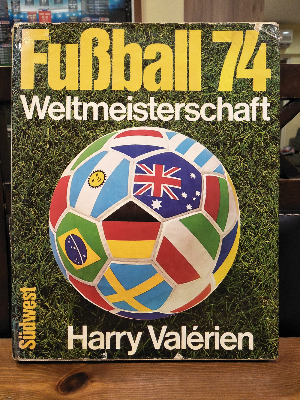 1974年的《世界盃紀念冊》封面。圖片來源:劉叔慧提供
