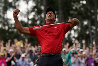 東山再起的Tiger Woods和那套顯眼的紅色運動衫