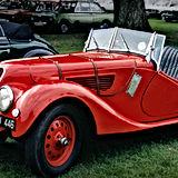 Красный антикварный автомобиль
