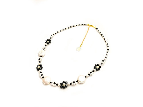 Daisy necklace with water pearl  (Black & White)