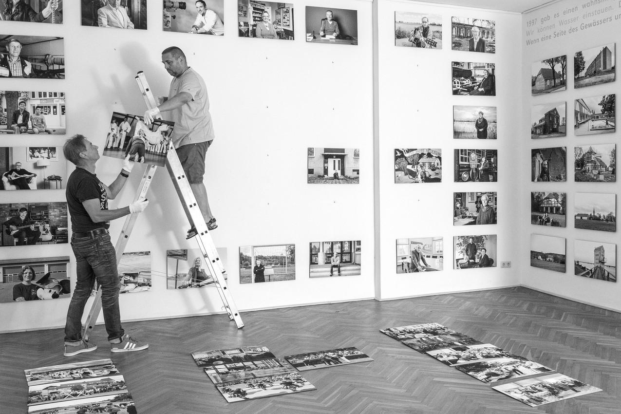 Michael Anker und Lars Fischer beim Ausstellungsaufbau