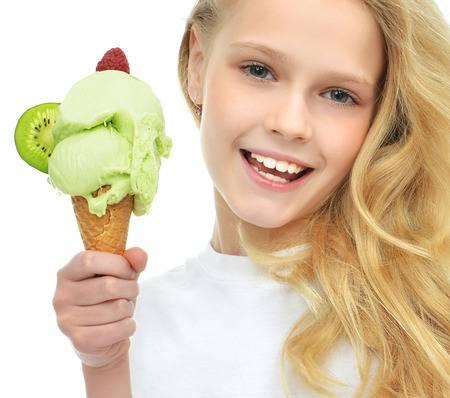 56605853-el-bebé-bonito-que-sostiene-el-helado-en-cono-de-gofres-con-frambuesas-y-kiwi-feliz-sonrien