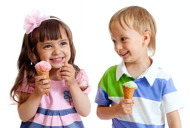 10525929-feliz-hijos-gemelos-chica-y-chico-con-helado-en-estudio-aislado