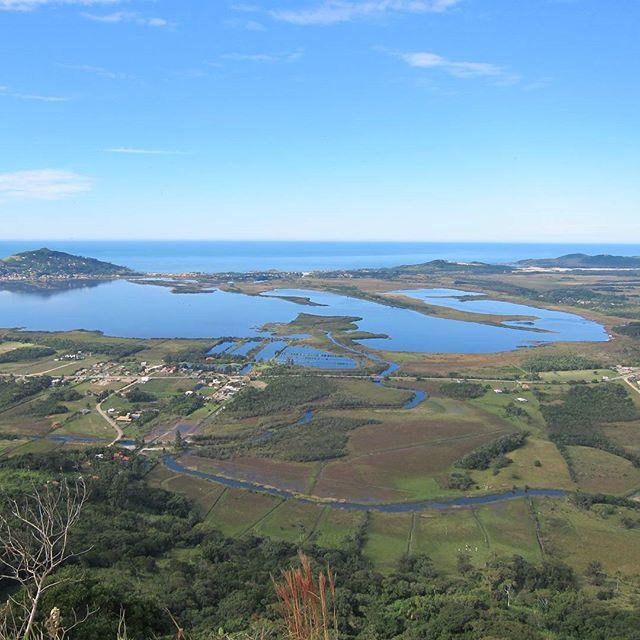 Que tal iniciar o dia com uma trilha__ Depois de 1 hora de caminhada,  subindo o Morro, você encontra essa vista recompensadora!!! Vem curti