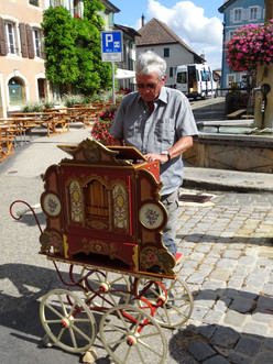 3775 Roland Auberson à l'orgue de Barbarie.JPEG