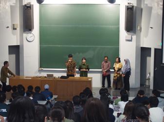 加藤ゼミの学生がオリエンテーションでインドネシア語について紹介しました。