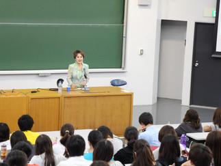 ラトナ サリ デヴィ スカルノ先生が中央大学で特別講演を行いました。