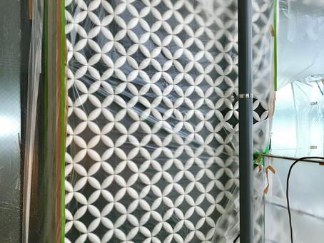 職人さんたちの手仕事によりLa・Tierra・鷹匠1F&2Fの外壁に日本古来の和柄である『七宝柄』が施されました。七つの宝を表す縁起紋様でもあり、繋がる『輪』は『円満、調和、ご縁、繋がり』を意味します