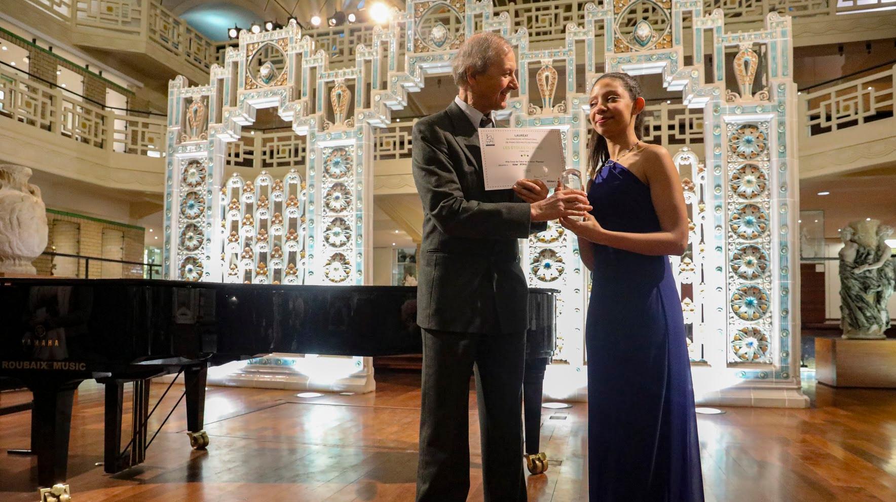 Alexandre Sorel remet le prix décerné par la revue Pianiste à Nour Ayadi (Maroc) également 5ème prix des Etoiles du piano en 2019