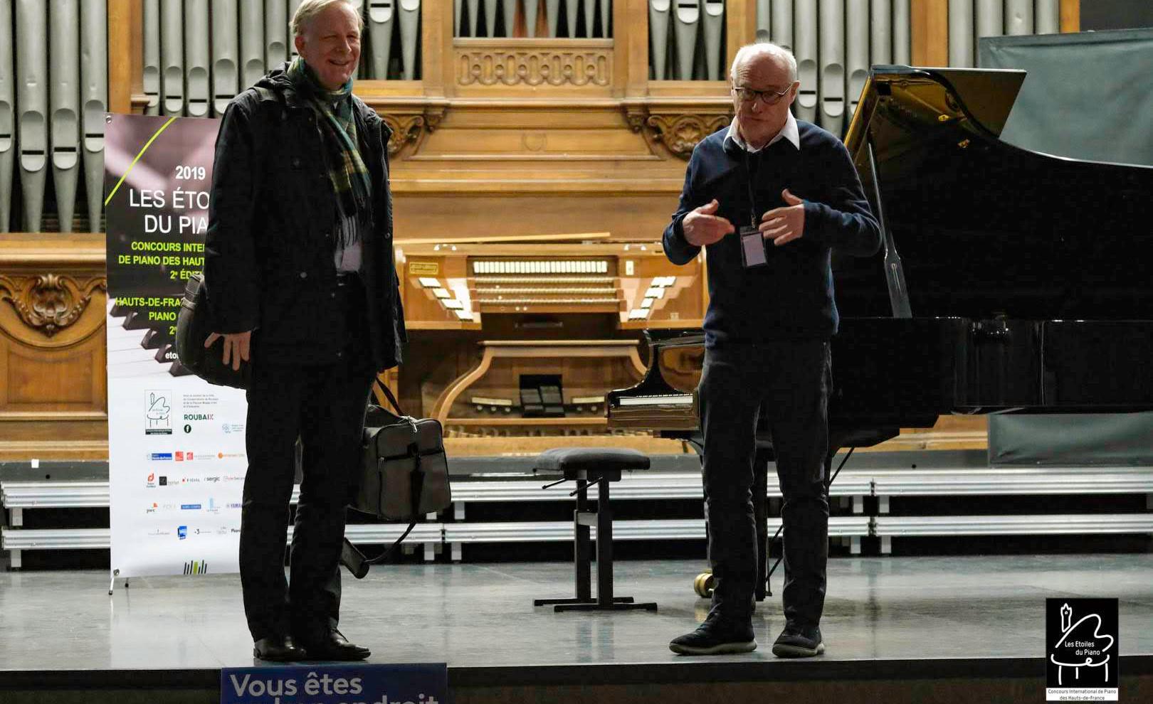 Gustav Alink Co-fondateur de la fondation Alink-Argherich, dont est membre Les Etoiles du Piano, nous a fait le plaisir d'assister à des auditions du Concours. Patrick Bougamont, Président des Etoiles, le présente sur scène