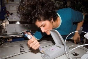 L'astronaute américaine Suni Williams teste le LOCAD-PTS à bord de la Station spatiale internationale. Source : http://www.nasa.gov/mission_pages/station/research/experiments/232.html