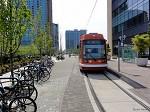 Un stationnement à vélos et un tramway. Marquam Hill, Portland, OR, USA.