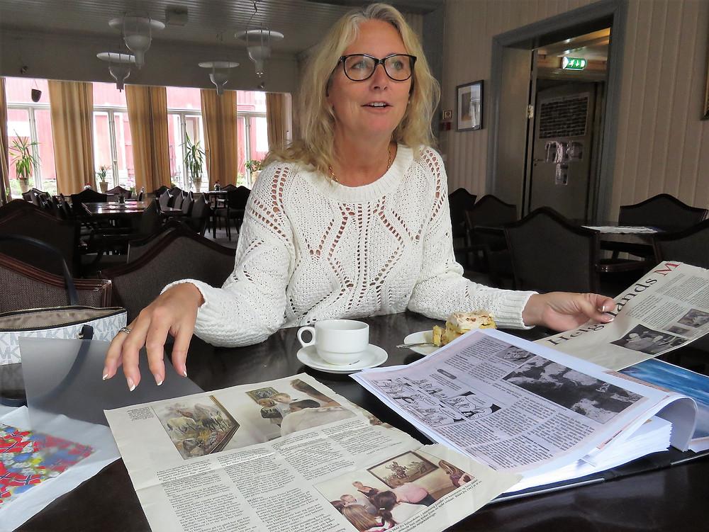 Inger Meyer kommer til Galleria med bilder som faren, Hans Nordeng,har malt gjennom et langt liv. (Foto: Asbjørg Sande)