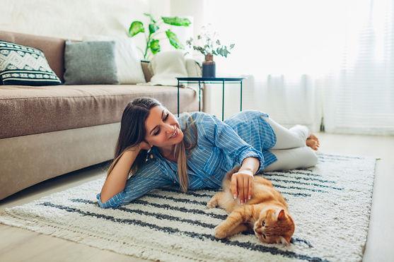 brincando-com-o-gato-em-casa-jovem-mulhe