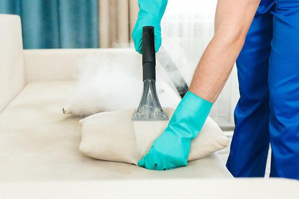 um-funcionario-de-uma-empresa-de-limpeza