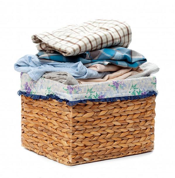 roupas-em-um-cesto-de-roupa-de-madeira-i