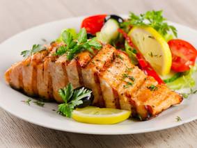 Comer peixes gordurosos prolonga vida de pacientes com câncer de intestino, sugere estudo
