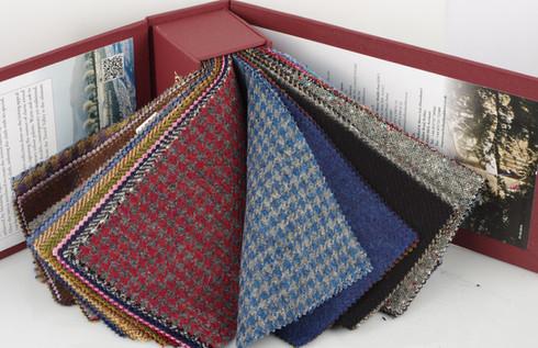 Próbnik z tkaninami angielskimi Holland & Sherry, Harris Tweed. Bogata gama tkanin dostępnia w pracowni MR Badura.