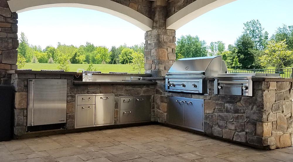Outdoor kitchen with stone veneer masonry
