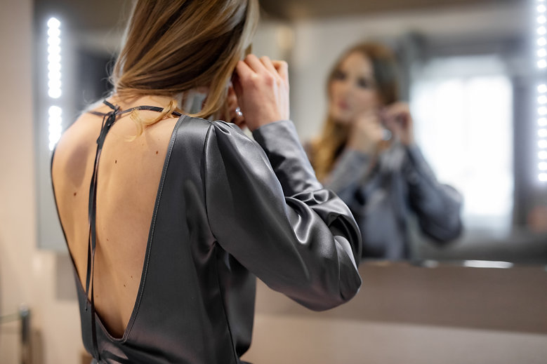 Ženska svilena srajca z odprtim hrbtom
