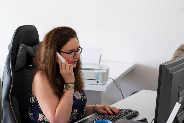 Bianca Klein telefoniert und steht mit Rat und Tat zur Seite.
