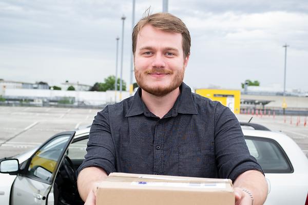 Tobias Mignat stellt ein Paket zu.