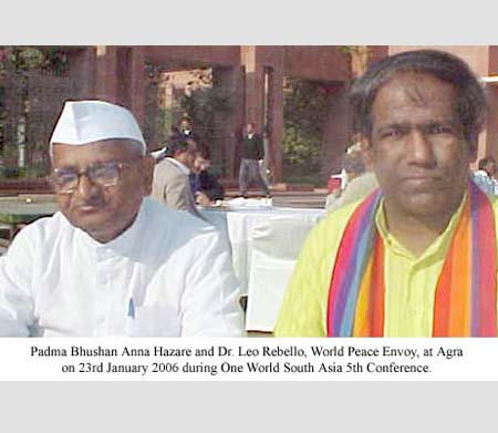 Padma Bhushan Anna Hazare and Dr. Leo Rebello, World Peace Envoy, at Agra on 23rd January 2006 during One World South Asia 5th Conference.