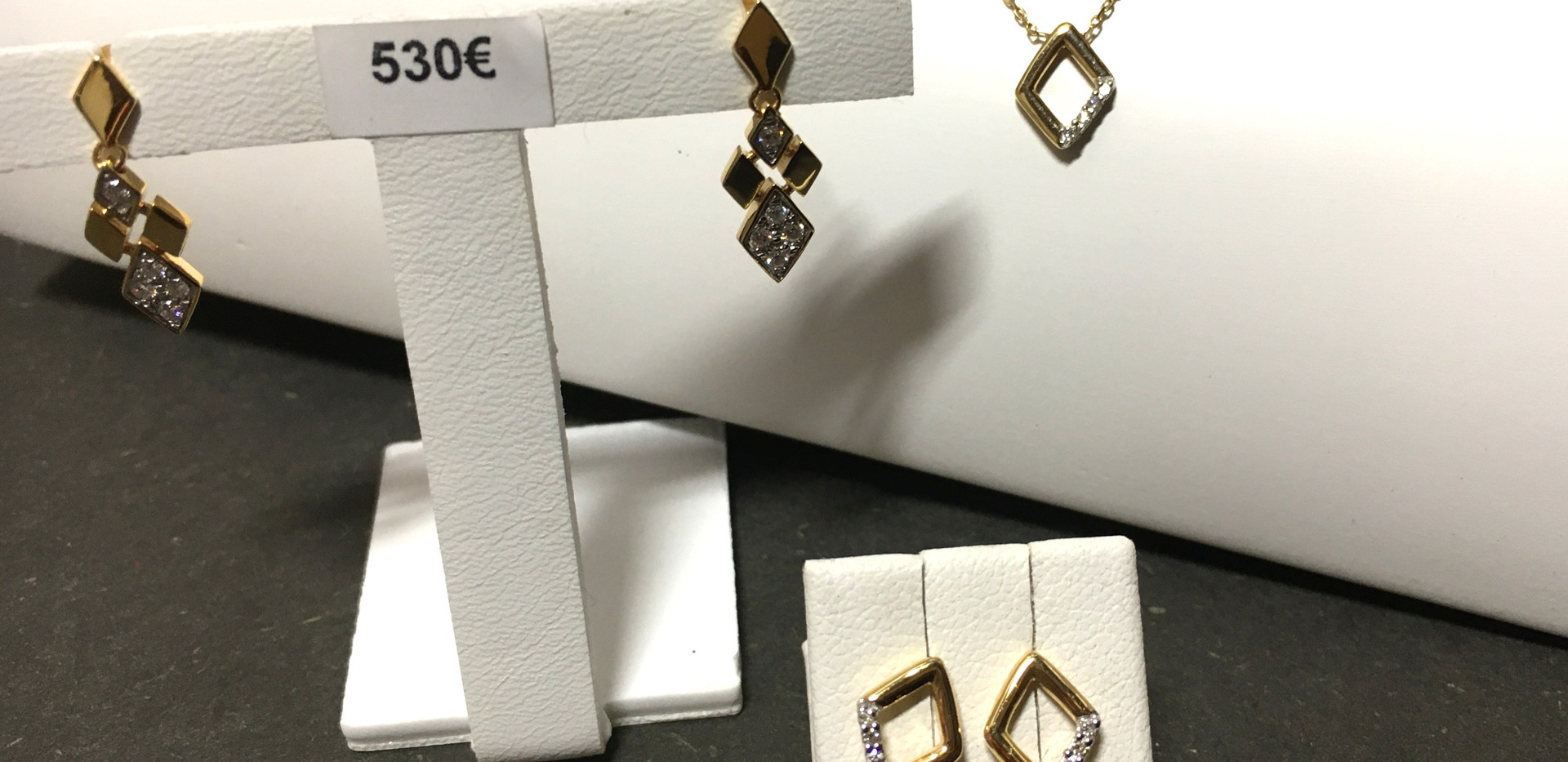 Parure inspiration losange, or jaune 750, diamants.
