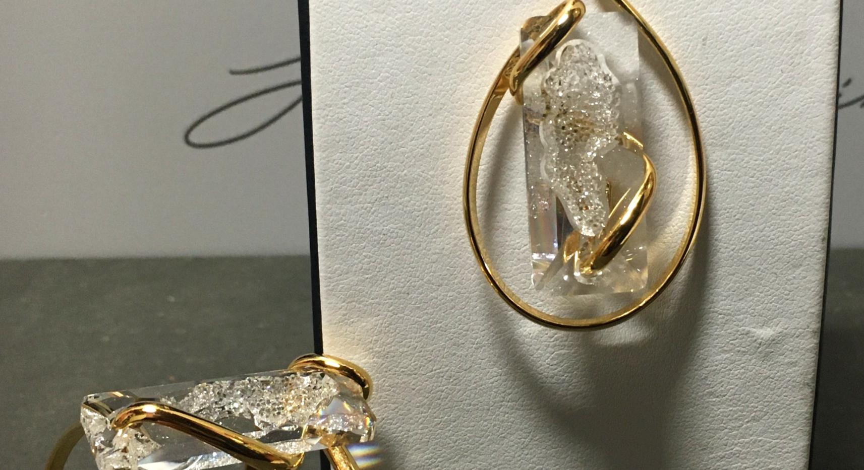 Collier et manchette, plaqué or jaune, cristaux rectangle blanc. 165€