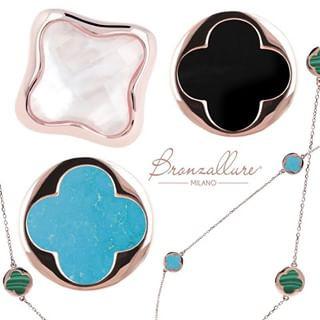 Griffe Italienne, sublimé par la couleur des pierres naturelles. Chaque bijou interprète le concept du luxe d'une nouvelle façon et unique. Toute la collection bronzallure est en bronze plaqué or rose, toutes les pierres sont naturelles. Fabriqué en Italie.
