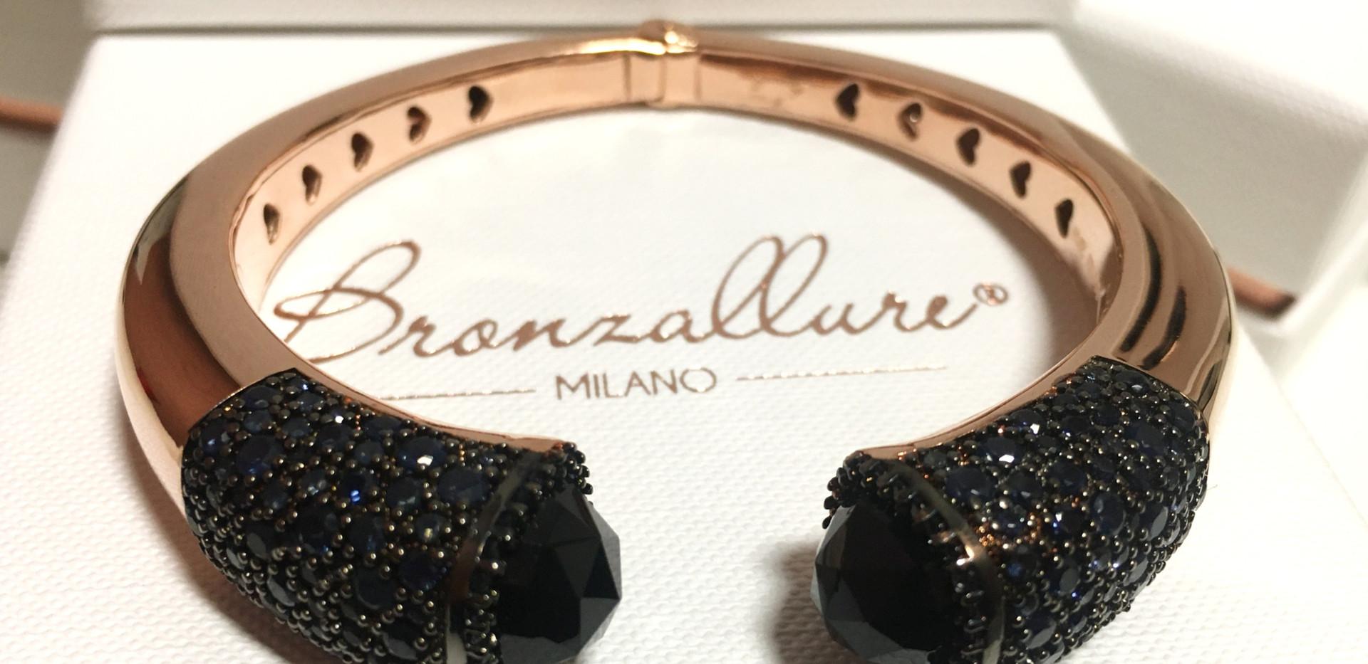 Bracelet esclave avec charnière. Pavage et onyx. Plaqué or rose.