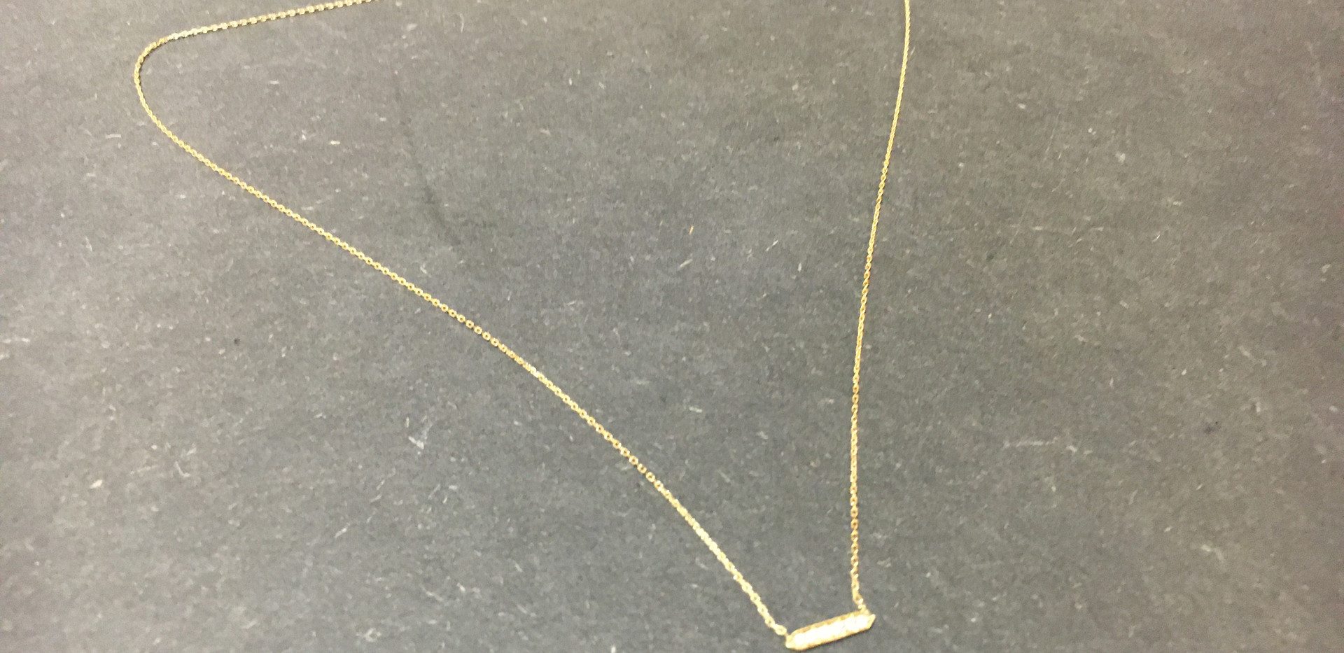 Collier or jaune 750, barette diamants, serti grain.