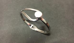 Bracelet emblématique de la collection Guiot de Bourg. Ouvrant grace à une charnière .