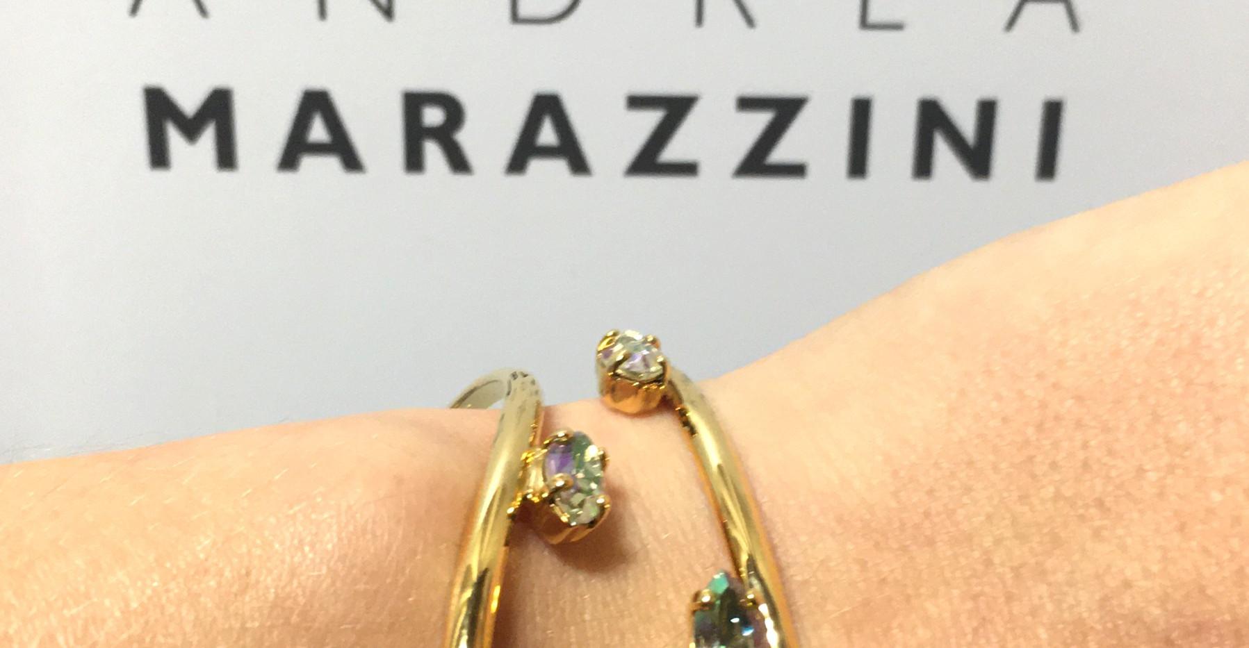 Zoom sur la manchette asymétrie, elle épouse parfaitement le poignet, très élégante, plaqué or jaune cristaux navette.