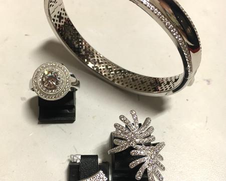 Splendide bracelet argent 925 rhodié, serti d'oxydes. Bagues pavage oxydes. Bracelet ouvrant serti, 299€. Bagues 75€-85€-135€
