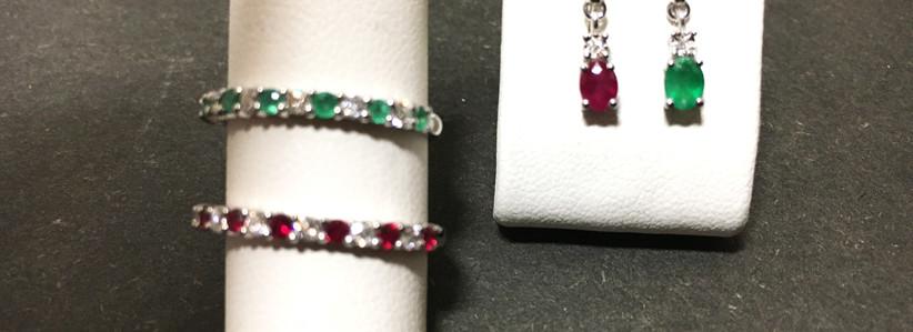 Alliance diamants, rubis, emeraude, boucle oreille assortis. Monture or blanc 750.