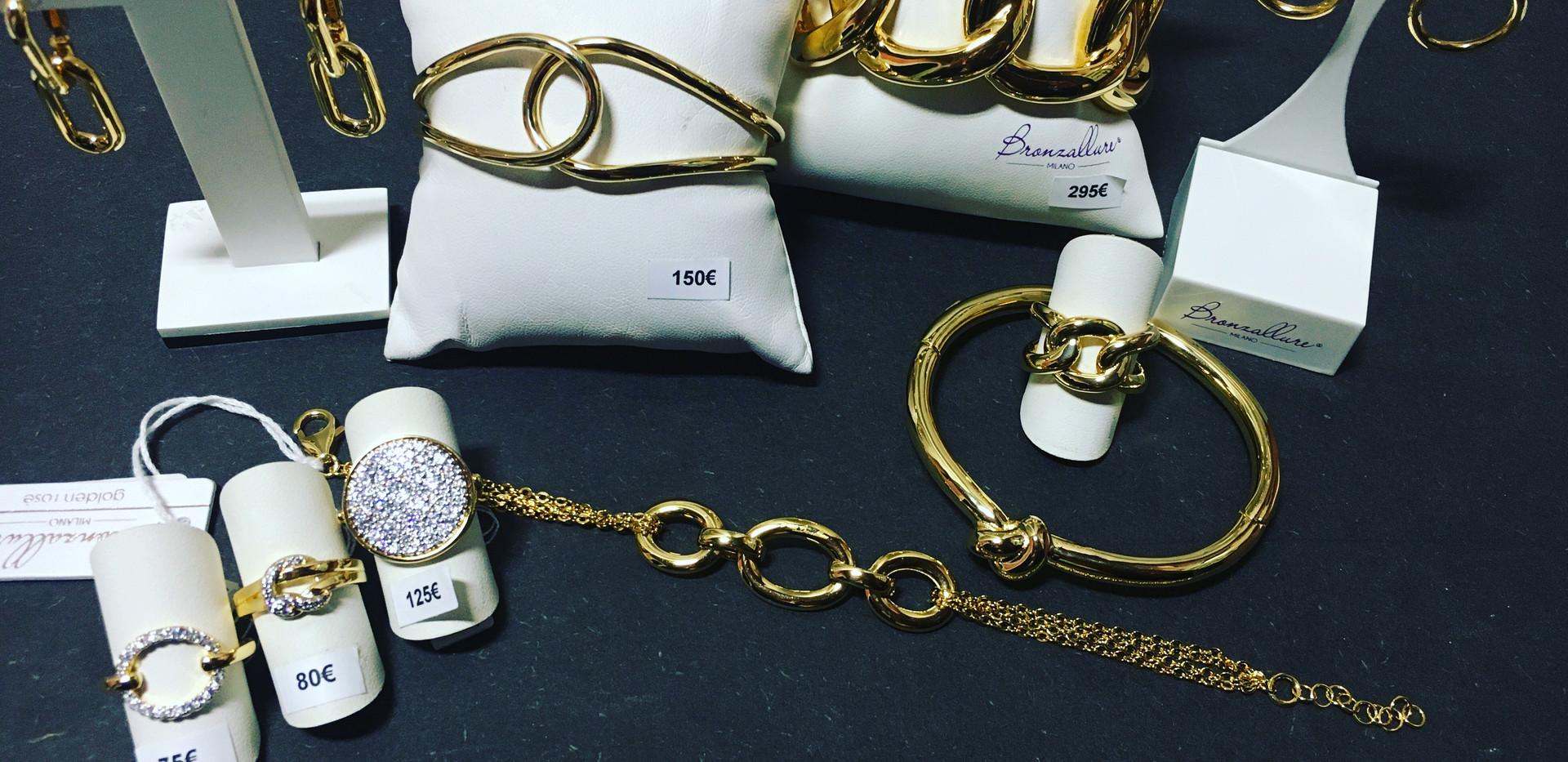 Séléction plaqué or jaune, toujours sur bronze, jolie collection volume. Bracelet Manchette boucle oreille, collier assortis.