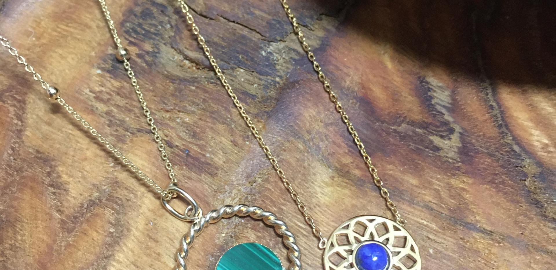 Collier mode plaqué or, pierre malachite et lapis.