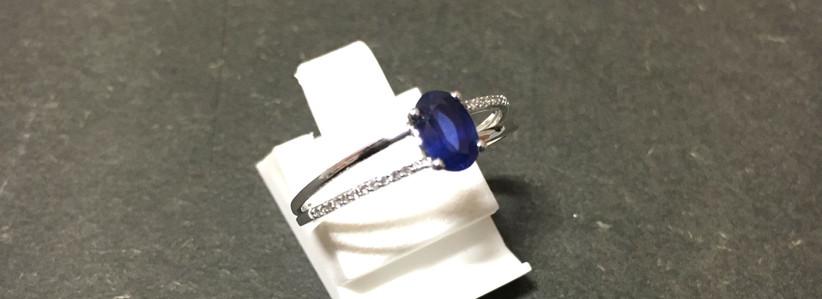 Bague saphir ovale, monture or blanc 750, serti diamants.