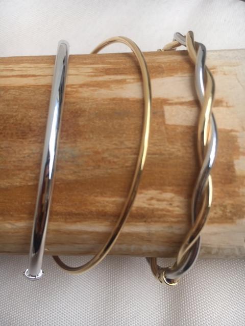 Tradition de bijoutier, Incontournable jonc or jaune et blanc 750. Modèle massif ou avec charnière. A partir de 575€