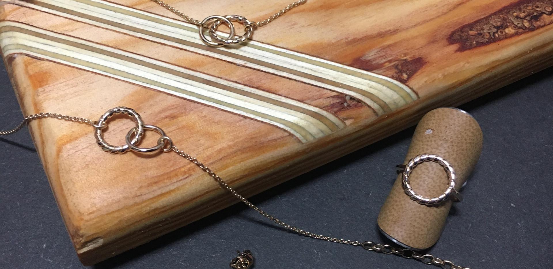 Parure anneaux Bijoux GL, plaqué or jaune. Bague 45€ Collier 70€ Bracelet 55€ Boucle oreille 65€ Fabriqué en france