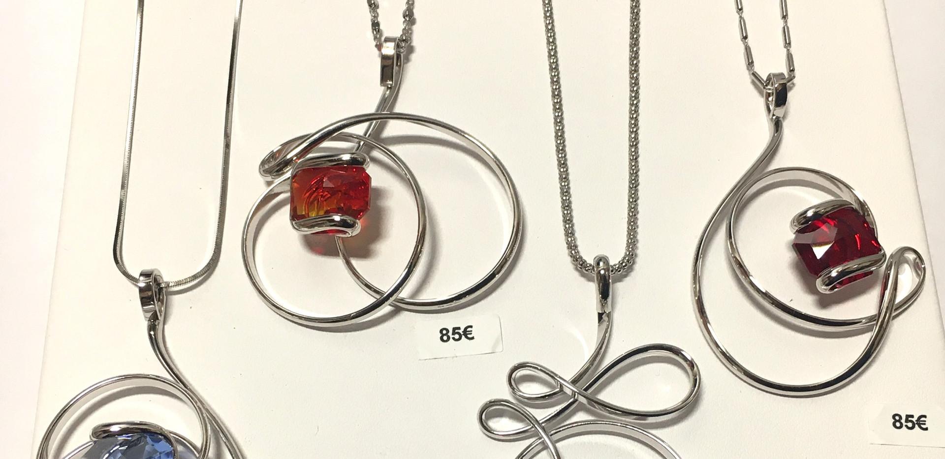 Choix collier pendentif volume entrelacé. 85€-90€