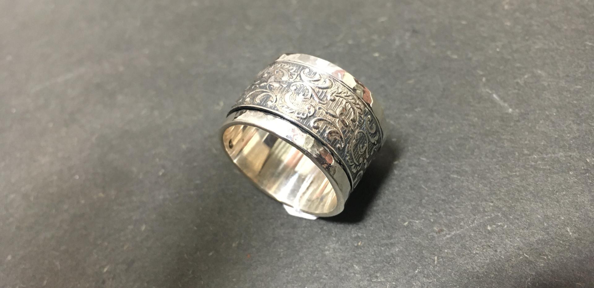 THEMA Antique, jolie anneau ruban, motif refief.