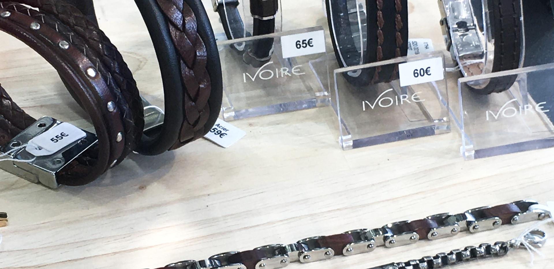 Bracelets cuir et bois.