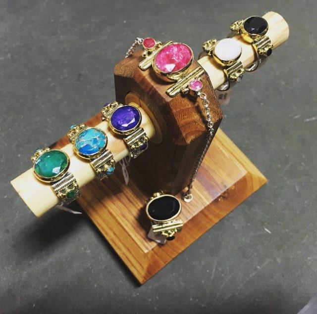 Le pouvoir des pierres! Bagues originales, pierre naturelle, argent et lainton, entièrement travaillés. Se déclinent maintenant en deux tailles et en bracelet. Turquoise cuivré, onyx, pierre de lune, lapis, rubis, labradorite....