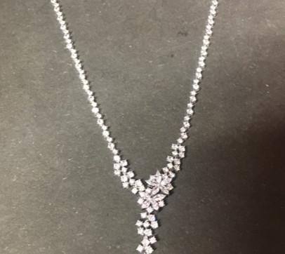 Splendide collier motif floral, exellent choix pour un mariage. Pierre oxyde zirconium serti, sur argent 925 rhodié.