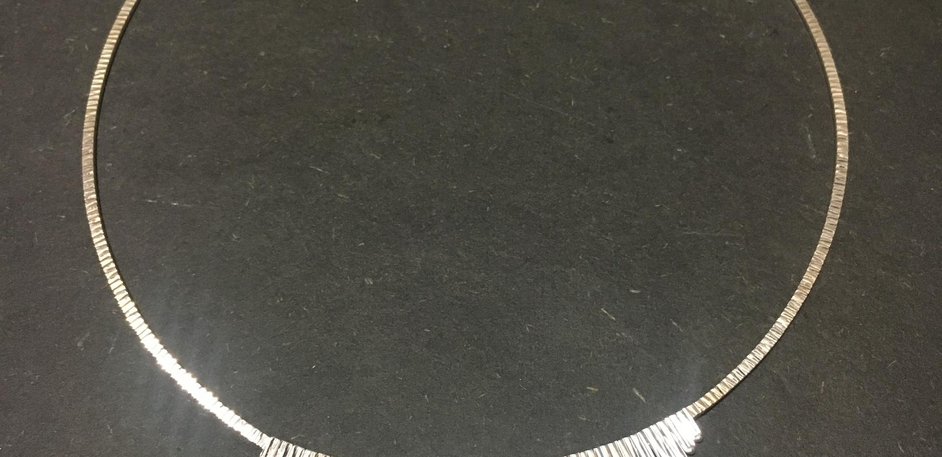 Très jolie Collier argent massif martellé.  165€